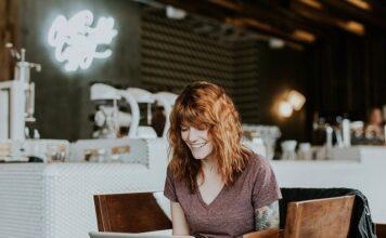 kobieta przed komputerem