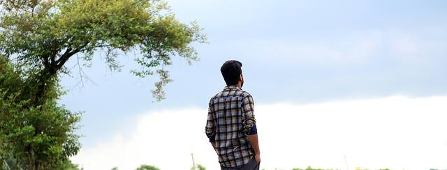 mężczyzna stoi